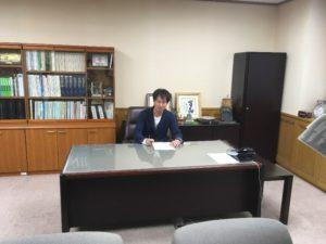 センター内にある本部長(知事)席に座る同級生のKさん